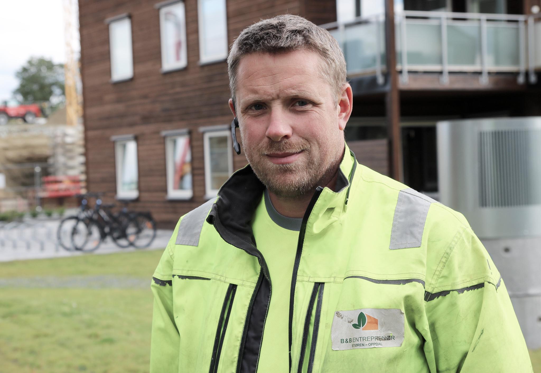 Anleggsleder Jørund Forset hos Børset & Bjerkset Entreprenør i gule arbeidsklær