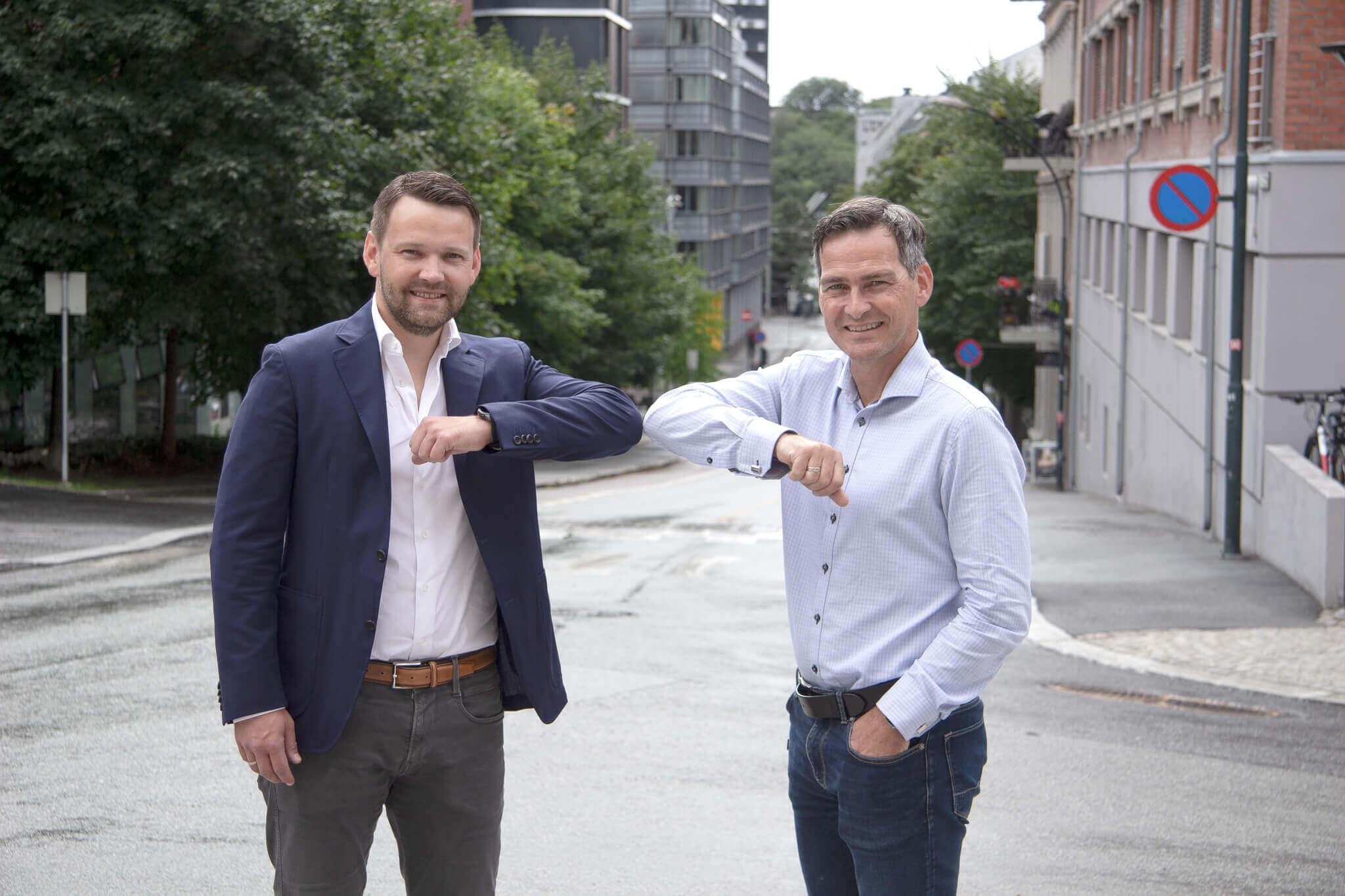 Torkil i APEX og Bjørn i NOBB smiler og møter albuer på gata