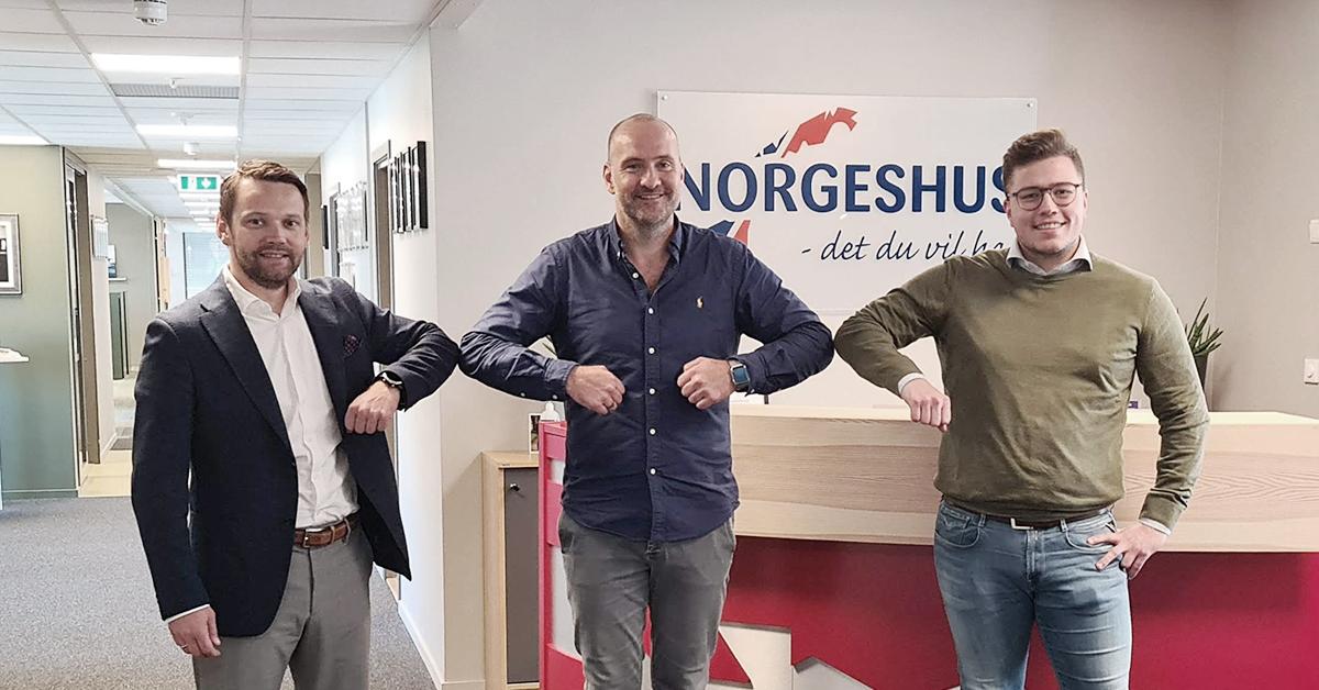 Norgeshus og APEX gir hverandre en god albue foran resepsjonen til Norgeshus